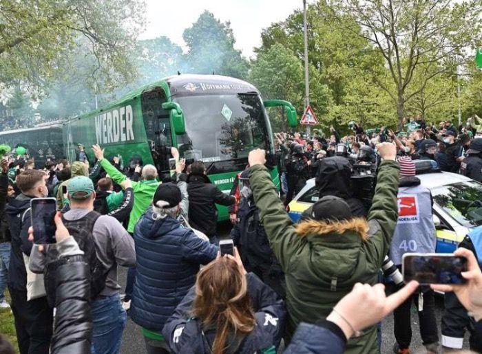 """Werder-Bus von """"Fans"""" attackiert"""
