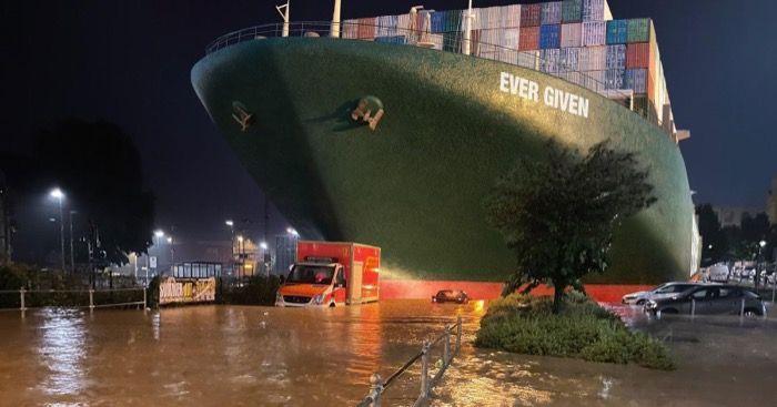 Containerschiff von Pleiße mitgerissen